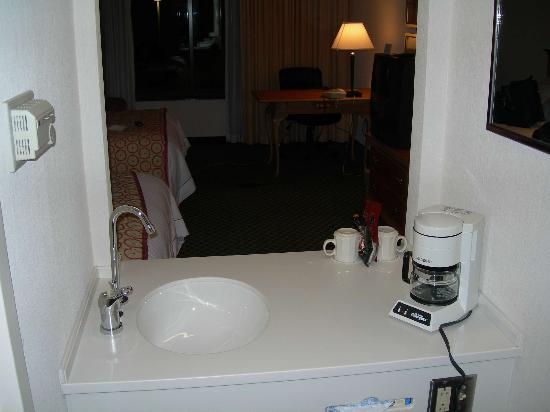 Courtyard by Marriott Newburgh Stewart Airport : Odd sink dividing bathroom/closet with rest of the room.