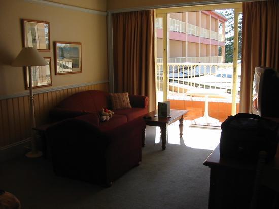 Crowne Plaza: Lounge area & balcony