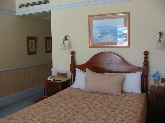 Crowne Plaza: Queen bed