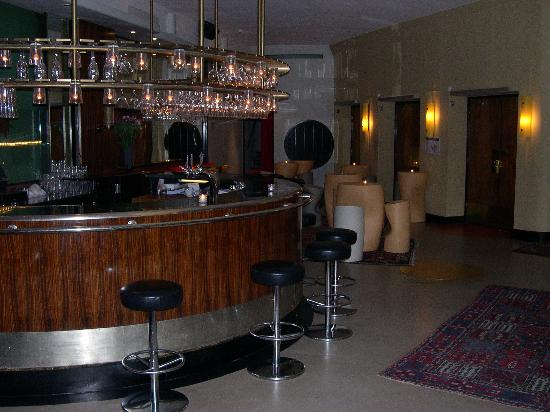 Hotel Rival: The cocktail bar from the lobby