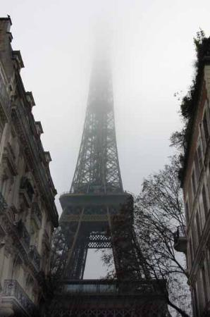 Paris, Frankrike: Tower in fog