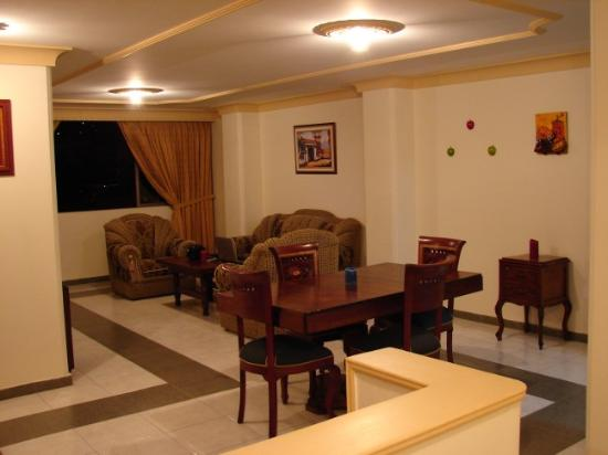 Cali Plaza Hotel: Entrance to dinning & living room in 3 bedroom apartment (Cali Plaza)