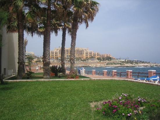 The Westin Dragonara Resort, Malta: Pool side looking across the bay toward St. George Corinthia Hotel
