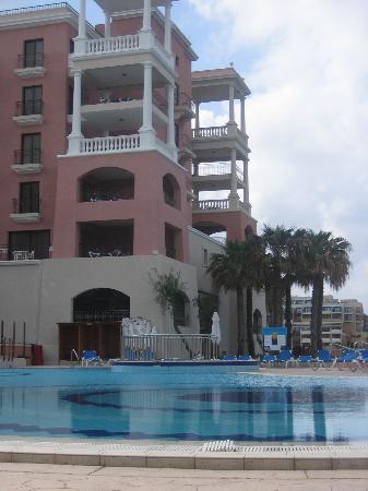 The Westin Dragonara Resort, Malta: Pool side looking at tower