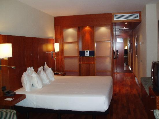 AC Hotel Aitana: The sleeping area in room 605 with a bed big enough for 4 !!