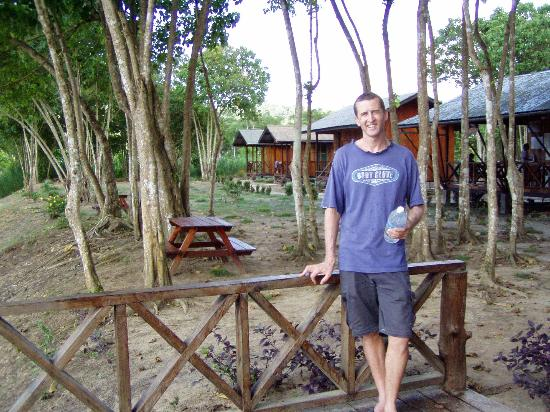 Trekkers Lodge Kinabatangan: Chalets in the background