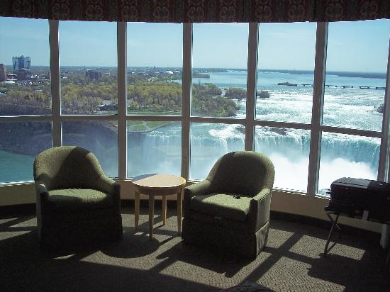 Embassy Suites by Hilton Niagara Falls Fallsview Hotel : Sitting Area with views of the Falls