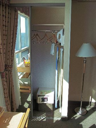 Embassy Suites by Hilton Niagara Falls Fallsview Hotel : You get a safe and ironing board