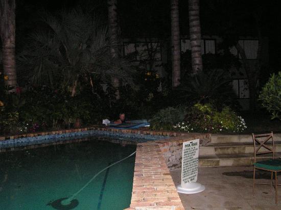 Emerald Inn: Pool area - by night!