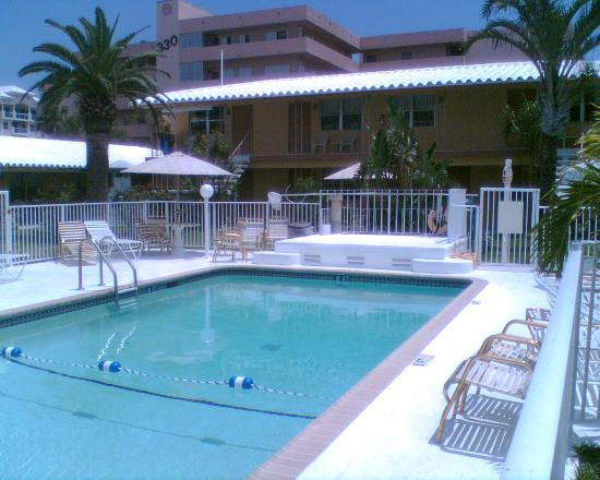 Tropic Isle Beach Resort: Pool with main Building in the back