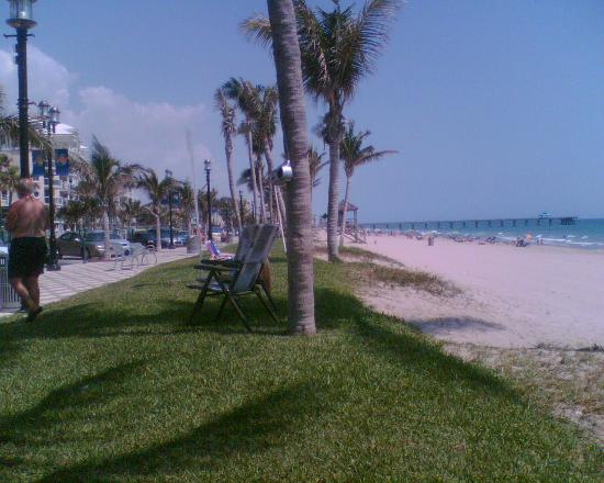 Tropic Isle Beach Resort: Deerfield Beach with Fising pier in the back