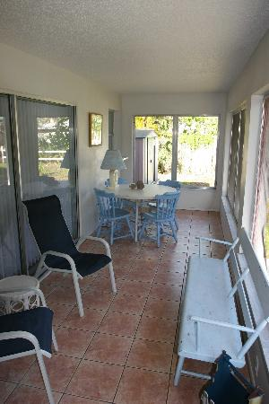 West-End Paradise: Screened In Porch!