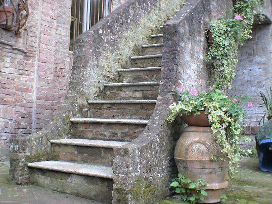 Palazzo Bruchi: The steps going up to the standard rooms