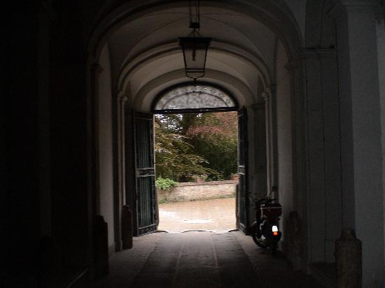 Palazzo Bruchi: The archway into the courtyard