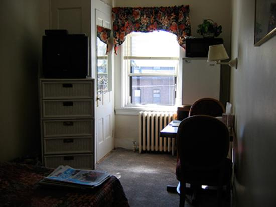 463 Beacon Street Guest House: Overall view upon room entry