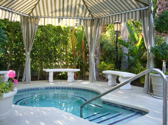 Calla Lily Hotel: Canopy-covered hot tub.
