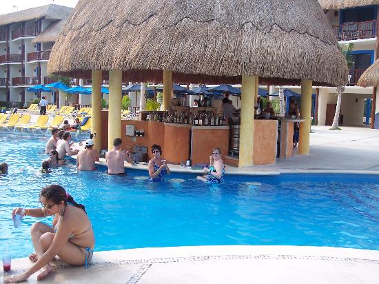 The Reef Coco Beach Swim Up Pool Bar
