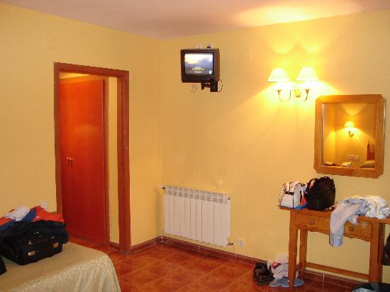 Orla Hotel: Habitación con TV