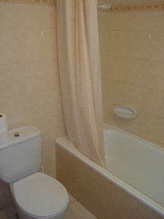Orla Hotel: Cuarto de baño muy completo con bañera.  Todo muy limpio.