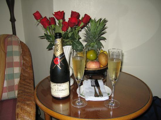 Raffles Grand Hotel d'Angkor: Flowers and champagne upon our arrival!