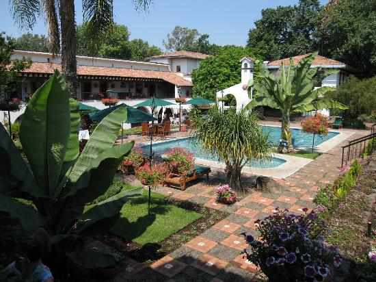 Uruapan, México: Pool and gardens