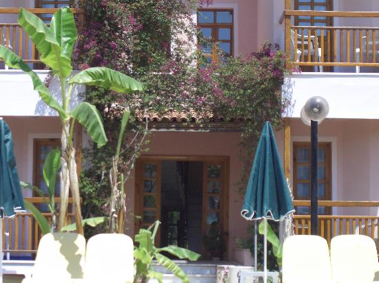 Perdikia Beach Hotel: There was a surprising amount of greenery
