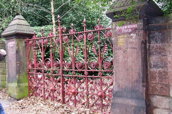 ‪ليفربول, UK: Strawberry Fields Gate‬
