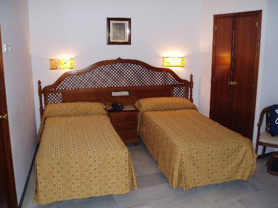 Los Omeyas Hotel: Twin bedroom picture 1