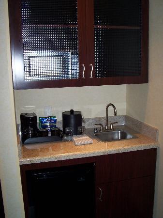 SpringHill Suites Dallas DFW Airport North/Grapevine: Kitchenette Area (Micro in the upper cabinet)