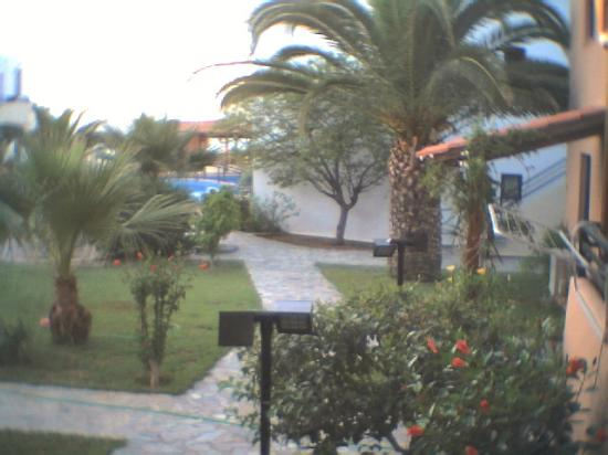 Apladas Apartments : Beautiful surroundings with palms and flowers