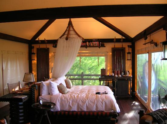 Four Seasons Tented Camp Golden Triangle: Beatiful interior of tent