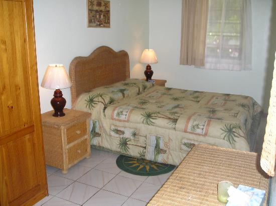 Turquoise Shell Inn: Queen size bed in bedroom