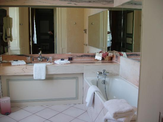 Le Valmarin : Bathroom - no shower but thick towels