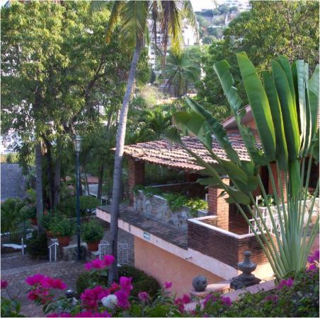 La Marina Hotel Suites & Spa: Nice landscaping