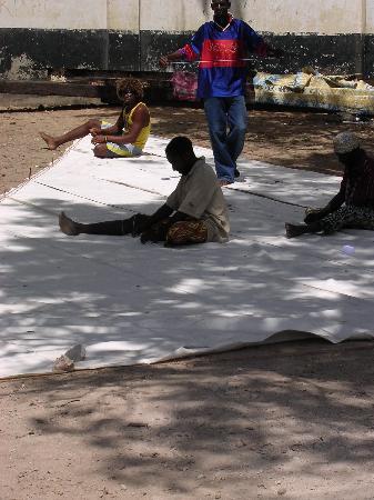 Остров Ламу, Кения: Repairig a dhow sail