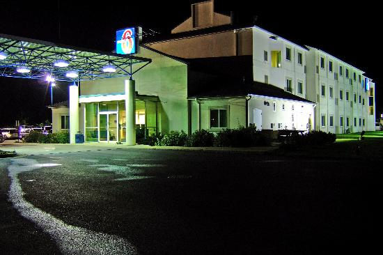 Motel 6 Menomonie: Motel Entrance at Night