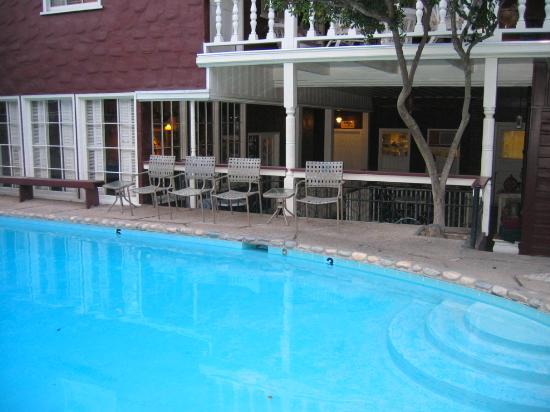 Gunn House Hotel: pool and palour