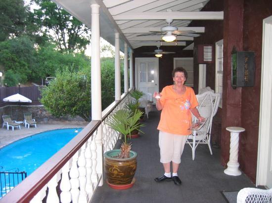 Gunn House Hotel: Hall and pool