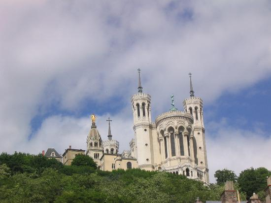 Lyon, Frankrike: the Basilica towers over the old city