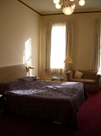 Glenferrie Hotel: The bedroom in the morning (it is actually very light)