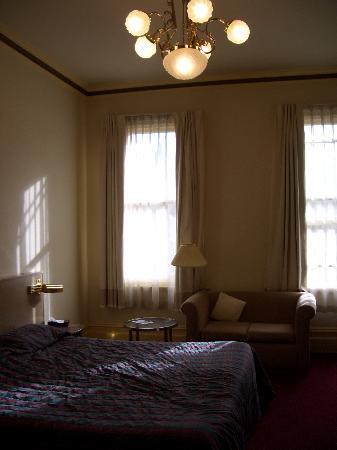 Glenferrie Hotel: Bedroom showing sofa
