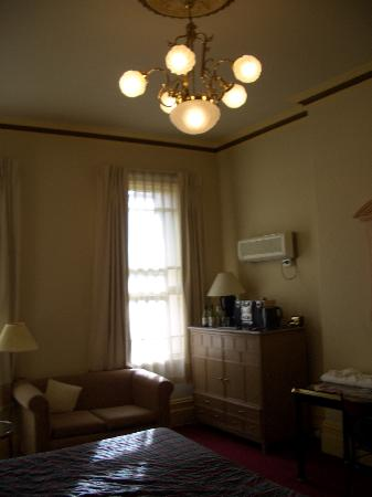 Glenferrie Hotel: Bedroom from entry door
