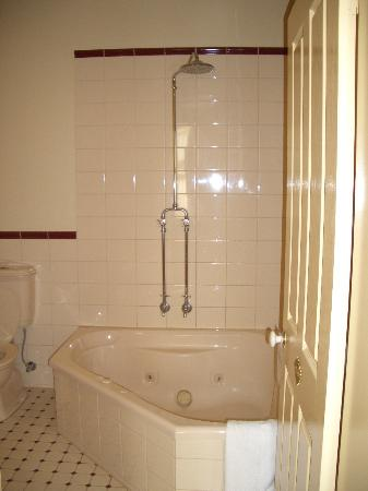 Glenferrie Hotel: Spa Bath and Loo