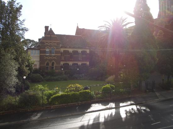 Glenferrie Hotel: Priests house with gorgeous garden across the street