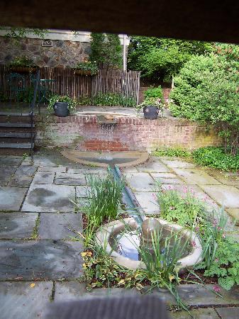 Lafayette Inn: Fountain in the courtyard