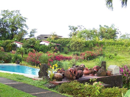 La Mansion Inn Arenal Hotel: View of Inn Grounds