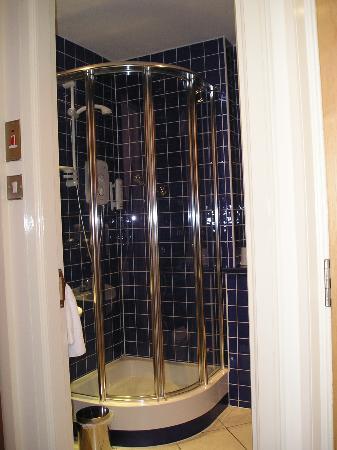 Holyrood apartHOTEL: Master bedroom shower