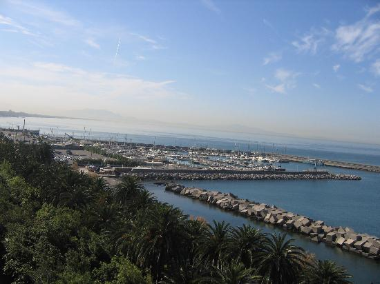 Salerno, Italië: Piazza Concordia(far left)&the boat for the Amalfi  Coast (far right)