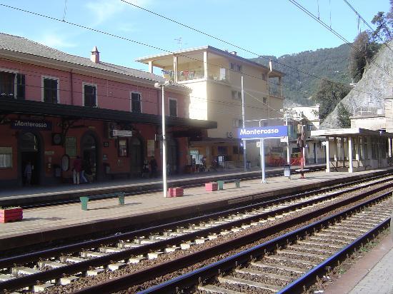 Hotel Palme: Train Station