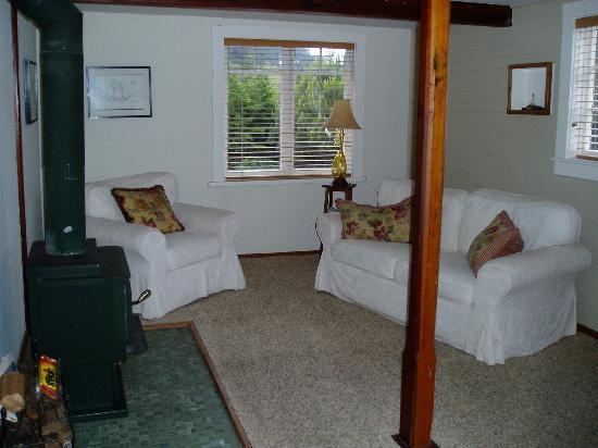 Coast Guard House Historic Inn: Living room